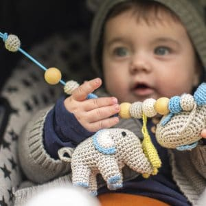 Handgefertigte Sindibaba® Kinderwagenkette Elefant JUMBO blau mit Baby | Spielzeug-Artikelnummer 12325