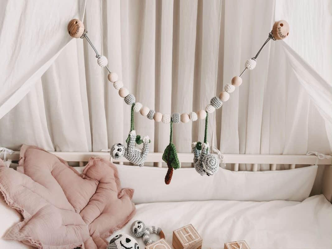 Sindibaba gehäkelte Kinderwagenkette Faultier Sleepy grau