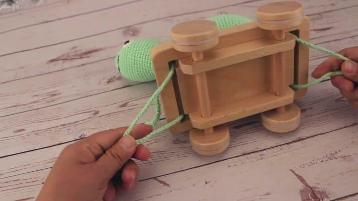 Sindibaba Nachziehspielzeug - Befestigen und Entfernen des Stofftiers vom Zugwagen