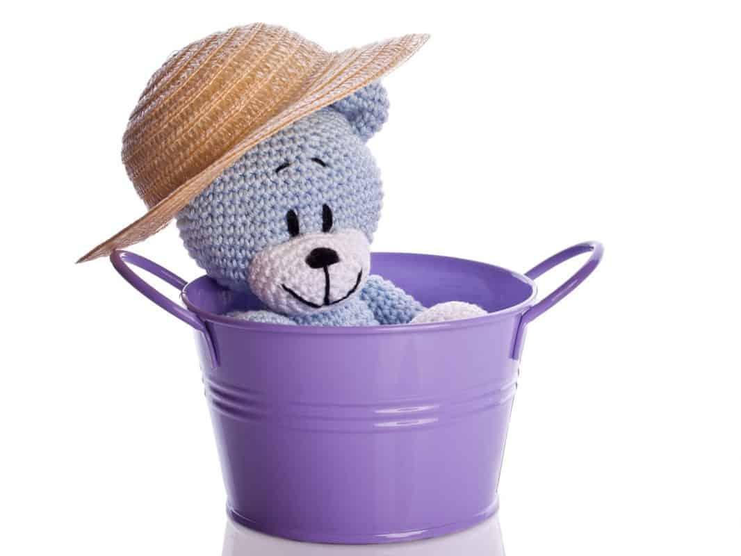 Häkeltiere reinigen - gehäkeltes Kuscheltier mit Hut im Wascheimer