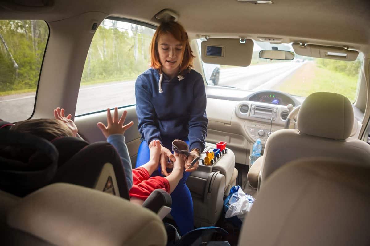Babyspielzeug für unterwegs: Mutter und Kind im Auto