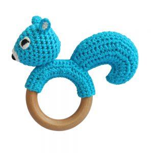 Eichhörnchen-Rassel auf Greifring aus Holz (Blau-Türkis) Gehäkeltes Greifspielzeug