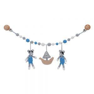 Gehäkelte Kinderwagen-Rasselkette mit Maus & Piratenschiff (pastell-blau)