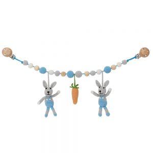 Gehäkelte Kinderwagenkette mit 2 Hasen (blau) & Möhre